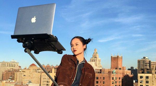 Hết iPhone, dân mạng lại tự sướng bằng... MacBook
