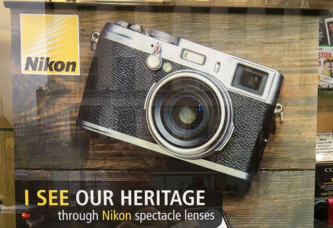 Nikon quảng cáo chất lượng ống kính bằng máy… Fujifilm