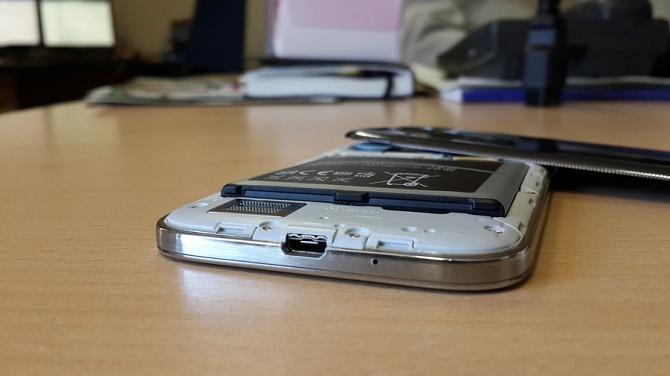 Nếu không được xử lý cẩn thận, viên pin bị phồng sẽ đe dọa tới sự an toàn của cả bạn lẫn những người xung quanh.