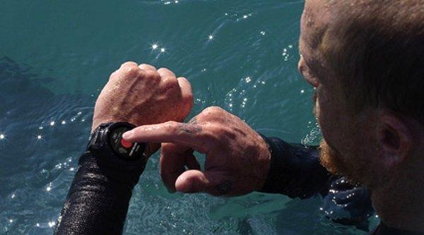 Nixon Mission: Smartwatch chống nước đến 100 mét