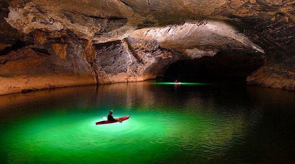 Dùng drone khám phá hang động sông lớn nhất thế giới ngay cạnh Việt Nam