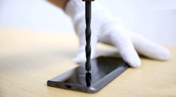 Cận cảnh Xiaomi Mi 5 vỏ gốm 'trơ như bàn thạch' trước mũi khoan bê tông