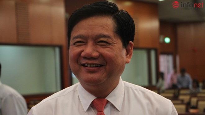 Ông Đinh La Thăng tươi cười trả lời câu hỏi về việc có sử dụng mạng xã hội Facebook hay không.