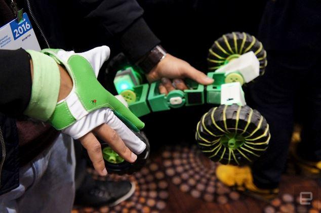 Đeo găng tay để điều khiển robot