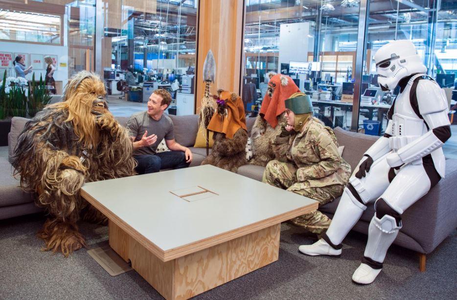 """CEO Facebook """"họp nội bộ"""" với Star Wars"""