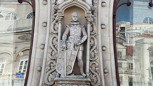 Làm vỡ tượng vua 126 năm tuổi vì mải... tự sướng