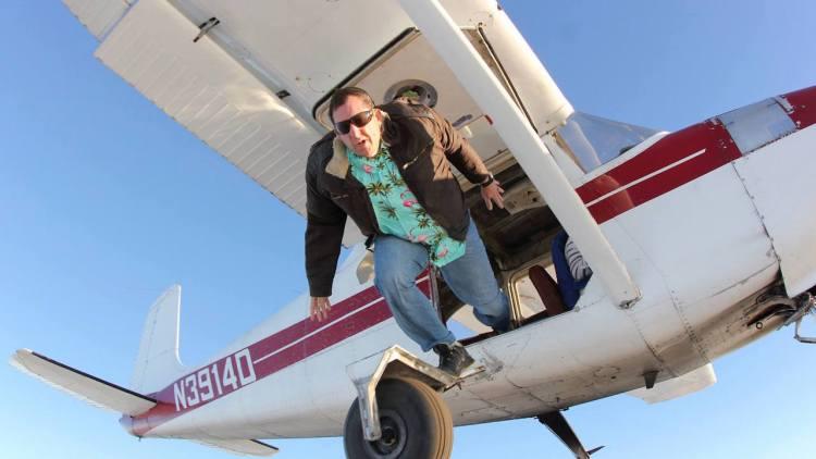 Vẫn sống sót khi nhảy từ độ cao 7600 mét... không cần dù