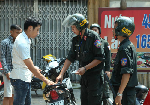 Cảnh sát cơ động dừng phạt người không đội mũ bảo hiểm vào ban ngày