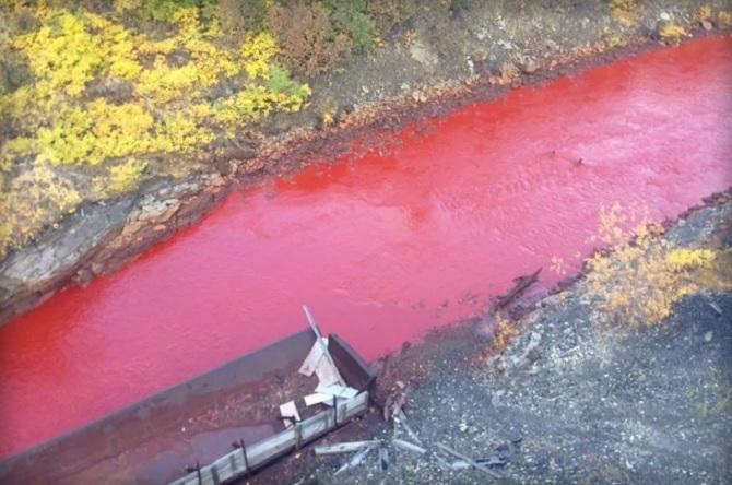 Kì lạ dòng sông bỗng nhiên đỏ tươi như máu