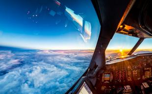 Nhìn bầu trời từ cabin máy bay ở độ cao gần 12 km