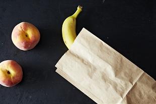 Tại sao trái cây chín nhanh hơn khi để trong túi giấy?