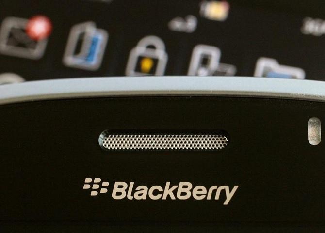 """Tim Cook nói gì về quyết định """"nghỉ chơi"""" với smartphone của BlackBerry?"""