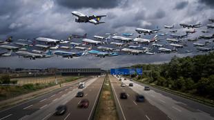 Chùm ảnh thú vị về hàng trăm chiếc máy bay cất cánh trên bầu trời