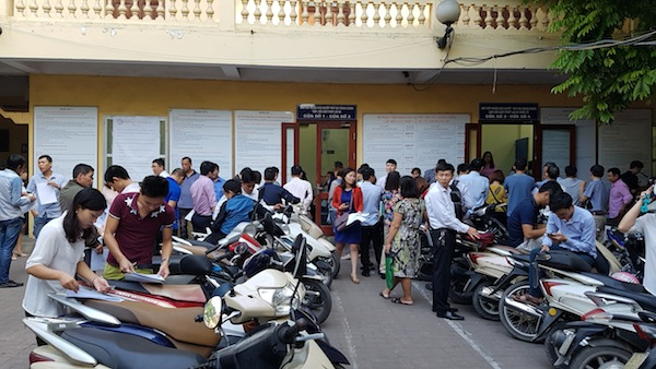 Người dân Hà Nội đổ dồn đi đổi bằng lái xe