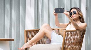 """Bộ ảnh HTC Desire 10 Pro trên tay người mẫu """"nấm lùn"""" Fung La"""