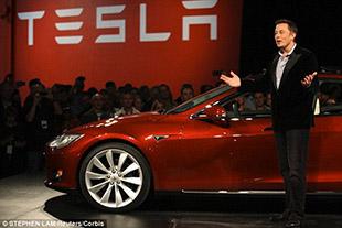 Video ghi lại cảnh xe Tesla dự đoán được tai nạn phía trước