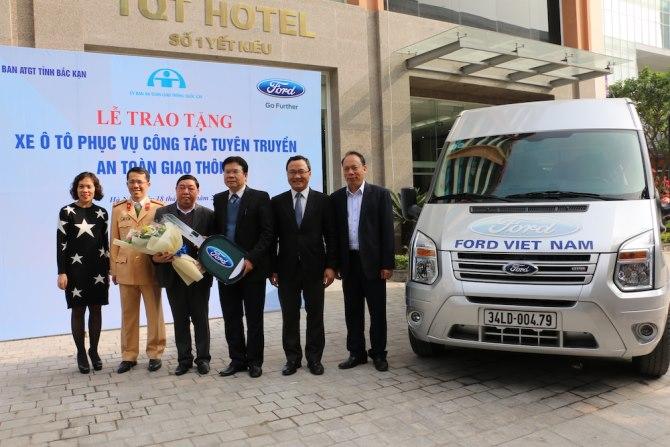Ford Việt Nam tặng xe Transit cho tỉnh Bắc Cạn