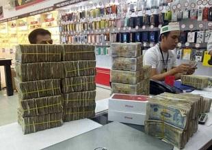 Tài xế mang hơn 50 triệu tiền lẻ đi mua iPhone 7 màu đỏ ở Sài Gòn