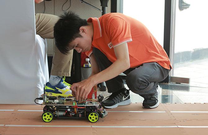 """FPT đang phát triển """"xe hơi tự lái"""", tháng 10 ra mắt"""