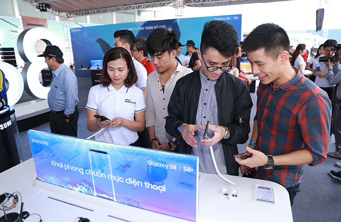 """Samsung """"mở tiệc"""" ra mắt Galaxy S8 tại sân vận động Mỹ Đình"""