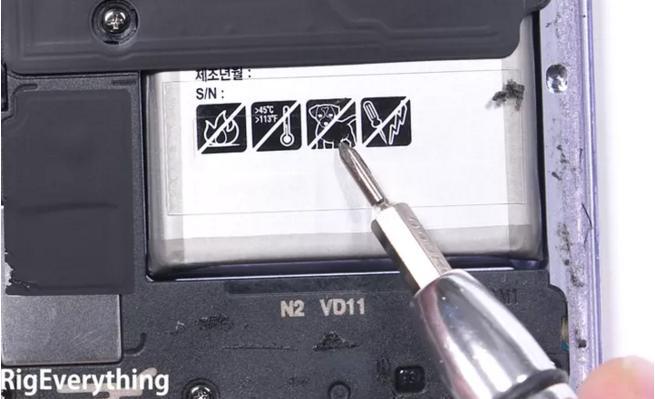 """Biểu tượng """"Cấm chó"""" trên pin của Galaxy S8 nghĩa là gì?"""