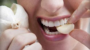 Vì sao đánh răng vẫn không hết mùi tỏi?