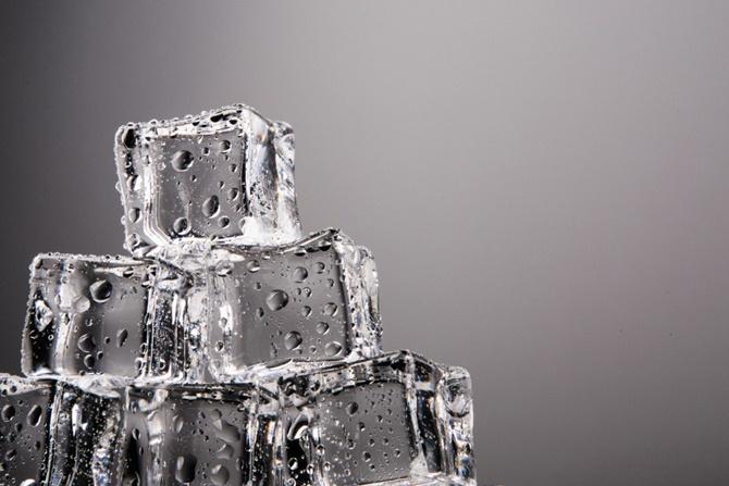 Tại sao một số viên nước đá lại có màu trắng đục, số khác lại trong veo?