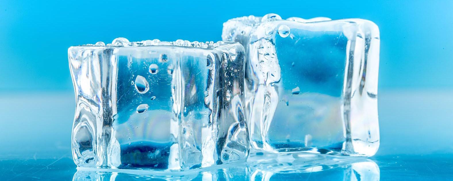 Tại sao nước đá có viên trắng đục, số khác lại trong veo?