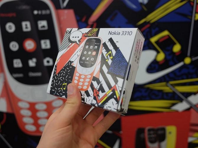 Người dùng Anh hào hứng ngày đầu Nokia 3310 được bán