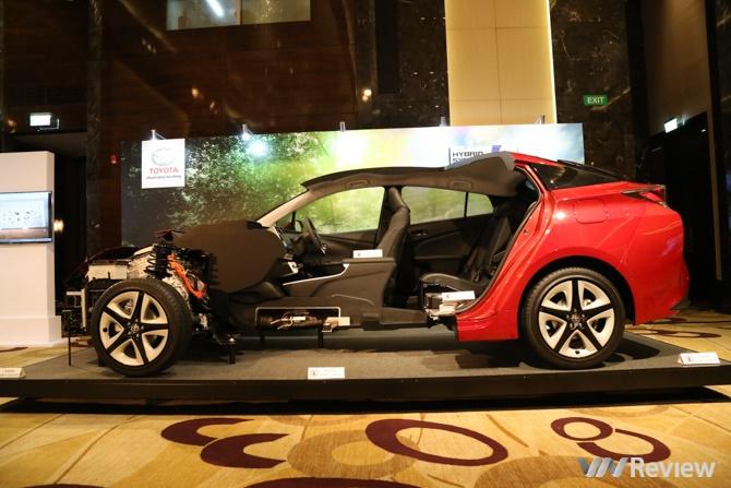 Toyota Việt Nam giới thiệu Prius Hybrid: Xe động cơ lai giữa xăng và điện