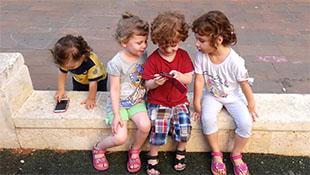 Hiệu trưởng trả tiền để học sinh thôi dùng smartphone