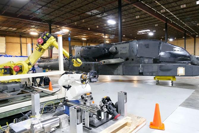 Quân đội Mỹ đang thử nghiệm hệ thống tiếp nhiên liệu tự động bằng robot cho trực thăng chiến đấu