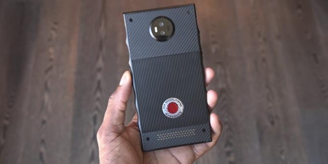 Trên tay chiếc điện thoại RED Hydrogen One, giá 1200 USD