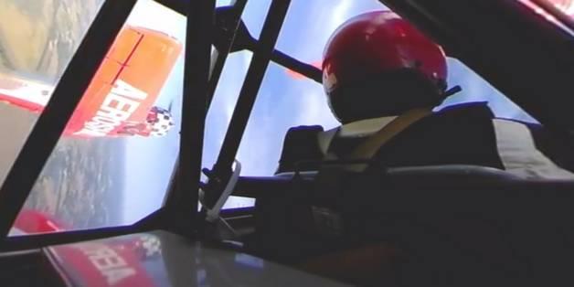 Xem màn nhào lộn thót tim trong máy bay qua video 360 độ
