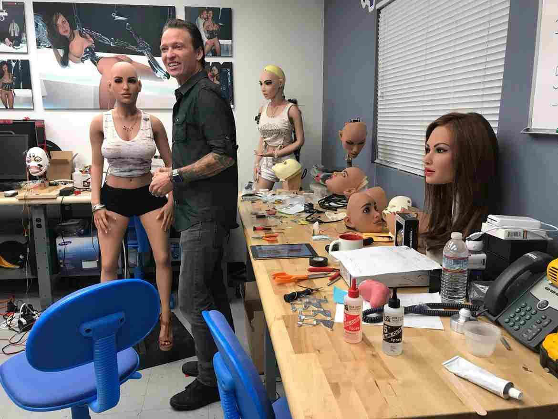 Đột nhập nhà máy sản xuất búp bê tình dục được trang bị AI - ảnh 29