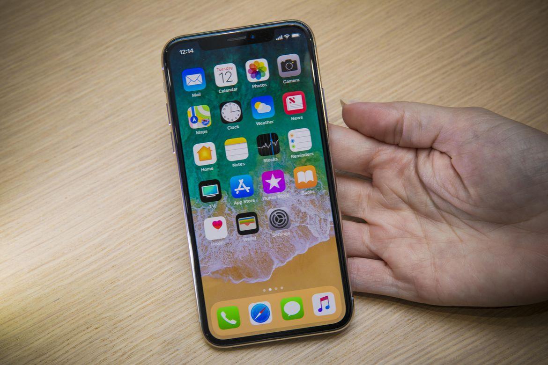 iPhone X sử dụng tấm nền OLED đầu tiên trong các đời iPhone. Màn hình này được Apple gọi là Super Retina Display với kích cỡ 5.8 inch, đạt mật độ điểm ...