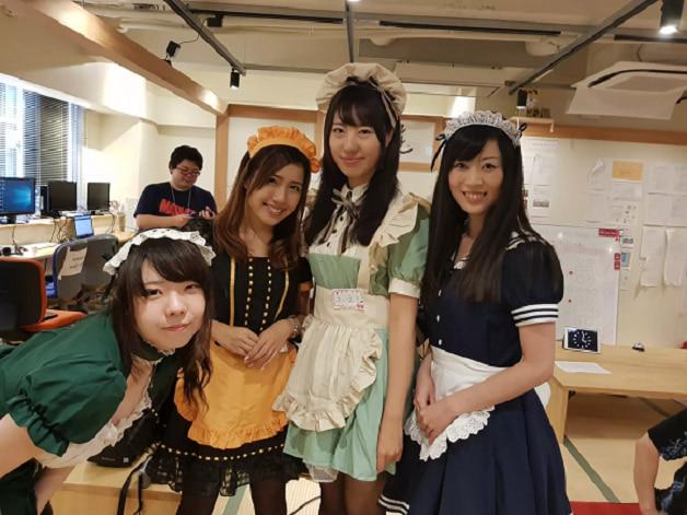Trường học ở Nhật cho ngồi học lập trình với những cô hầu gái xinh đẹp