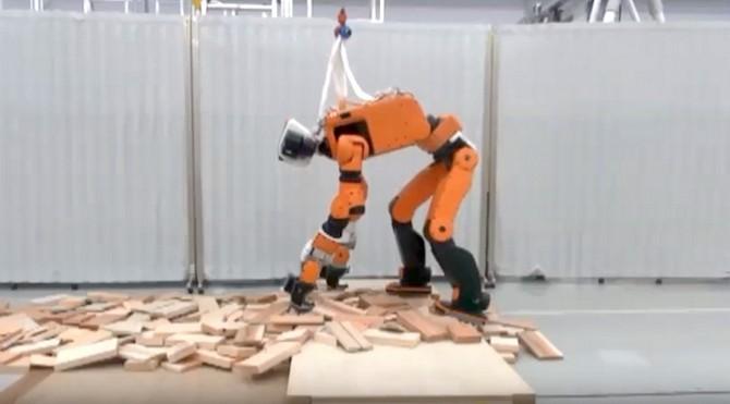 Honda phát triển robot cứu hộ có thể leo thang như người ảnh 1