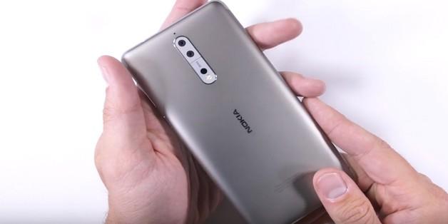 """Thử nghiệm tra tấn Nokia 8: """"nồi đồng cồi đá"""" thương hiệu Nokia"""
