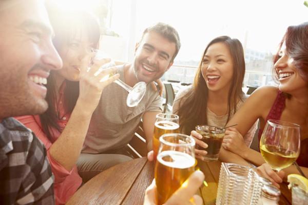 Uống bia sẽ giúp bạn nói ngoại ngữ tốt hơn!