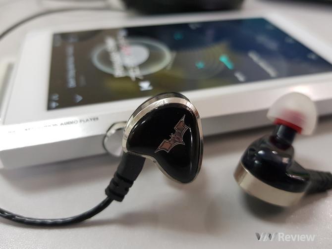 Không dùng dây tháo rời là điểm yếu của AT10. Bù lại, chiếc Notes Audio mới sử dụng dây và jack vô cùng chắc chắn.