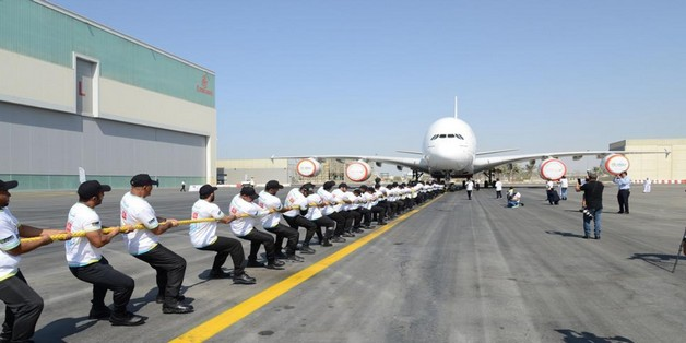 56 cảnh sát Dubai phá kỷ lục kéo máy bay Airbus nặng 302 tấn qua 100 mét