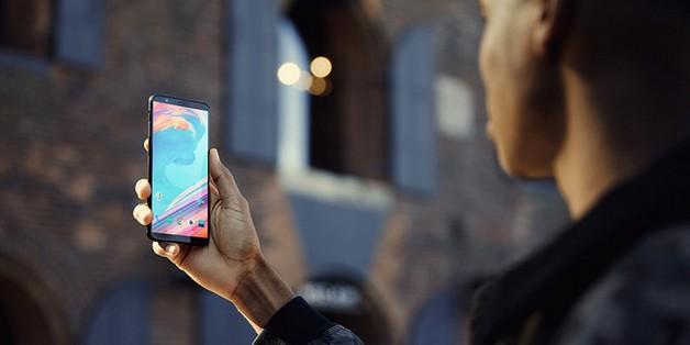 OnePlus 5T bị bẻ cong, cào xước và hơ lửa