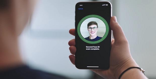 """Apple khẳng định Face ID trên iPhone X không """"sinh ra"""" cho nhiều người dùng cùng lúc"""