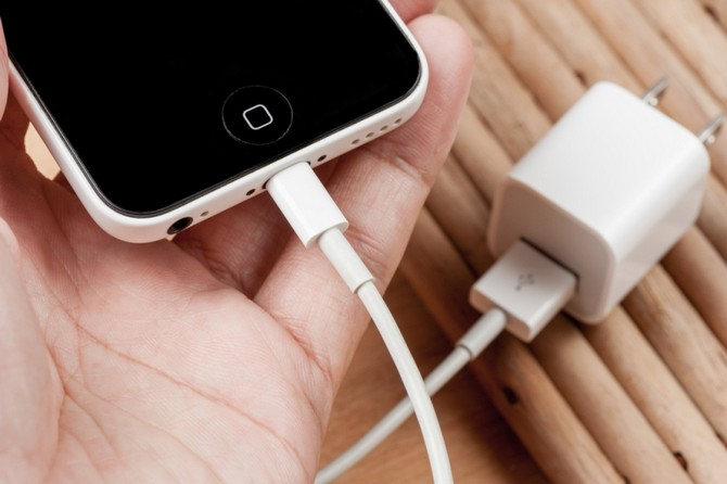 Đừng dùng sạc iPhone nhái nếu bạn không muốn bị điện giật hoặc cháy nổ điện thoại ảnh 1