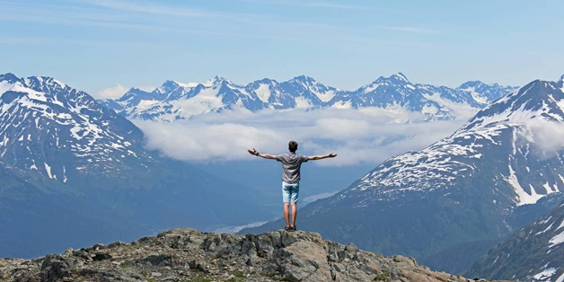 Tại sao khi hét lên trên đỉnh núi thì nghe tiếng vọng lại, nhưng ở trong phòng thì không?