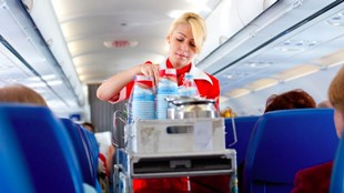 Đừng bao giờ uống nước đá trên máy bay, nguyên nhân sẽ khiến bạn phải giật mình!