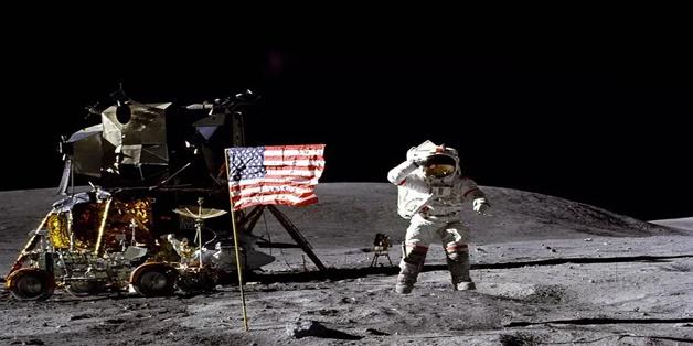 John Young, phi hành gia kỳ cựu của tàu Apollo tham gia khám phá Mặt Trăng vừa qua đời