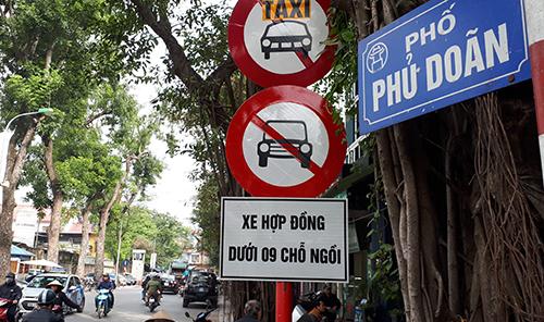 Cảnh sát giao thông dừng nhiều xe Grab, Uber đi vào phố cấm - ảnh 3