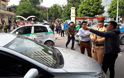 Cảnh sát giao thông dừng nhiều xe Grab, Uber đi vào phố cấm